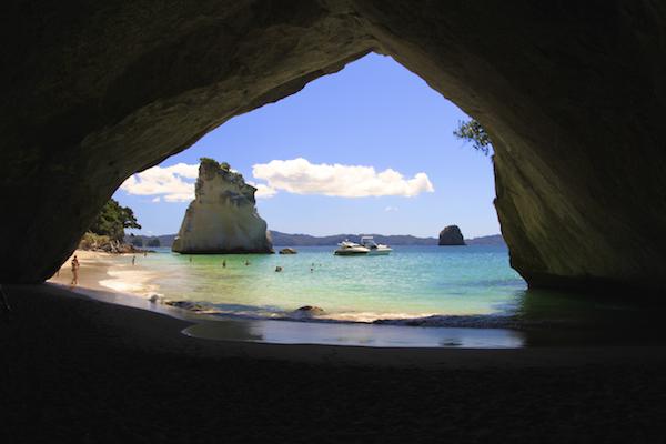 Catedral Cove na Nova Zelândia é uma das principais atrações da Coromandel Península