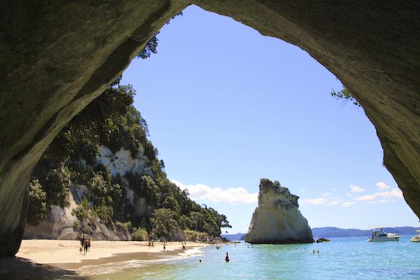 Cathedral Cove em Coromandel Península na ilha norte da Nova Zelândia