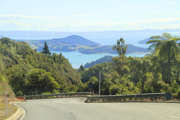 Estrada pela Coromandel Península na Nova Zelândia