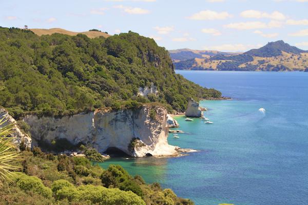 Falésias na Nova Zelândia na Coromandel Península