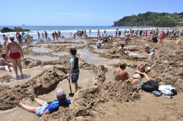 Piscinas de Agua quente natural na praia em Coromandel península na Nova Zelândia