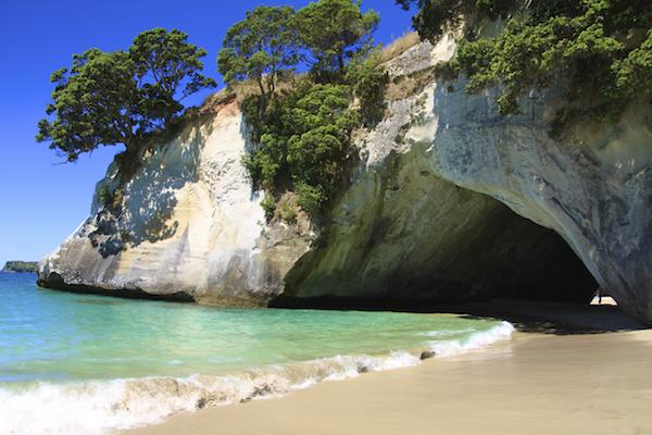 Tunel natural em praia da Nova Zelândia em Coromandel Península