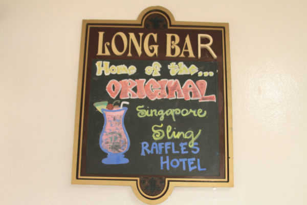 Long Bar onde o Singapore Sling foi inventado