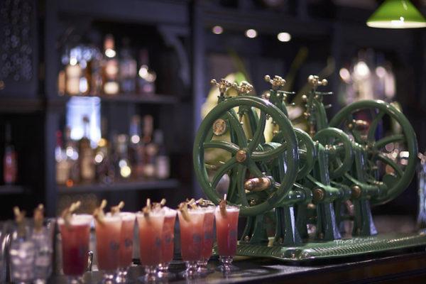 Misturador de drinks no Longbar do Raffles Hotel em Singapura