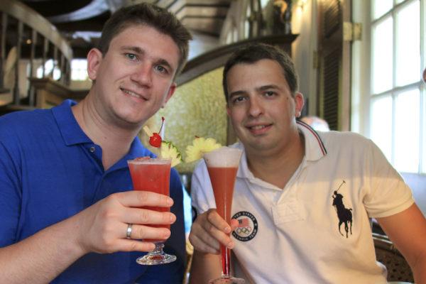 Mau e Oscar degustando o Singapore Sling no Raffles Hotel em Singapura
