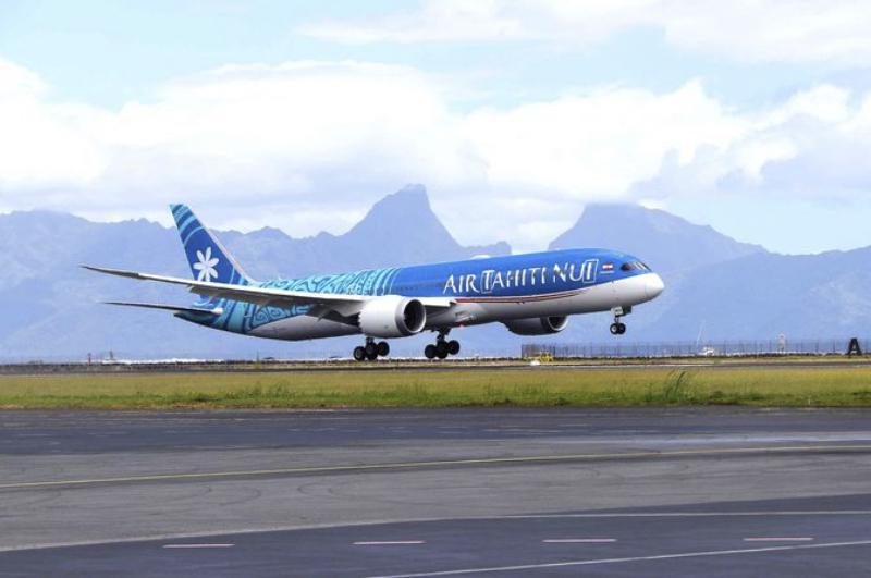 Avião da Air Tahiti Nui pousando em Tahiti